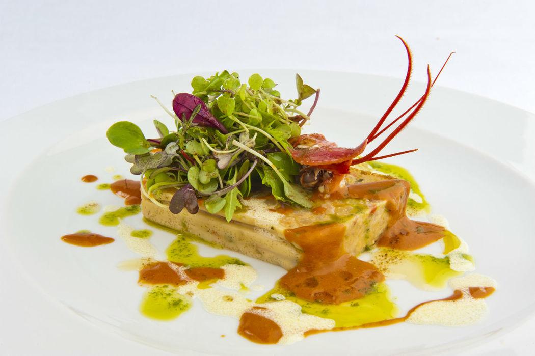 Pastel de Verduras y Bogabante con Mahonesa de su Coral y Brotes