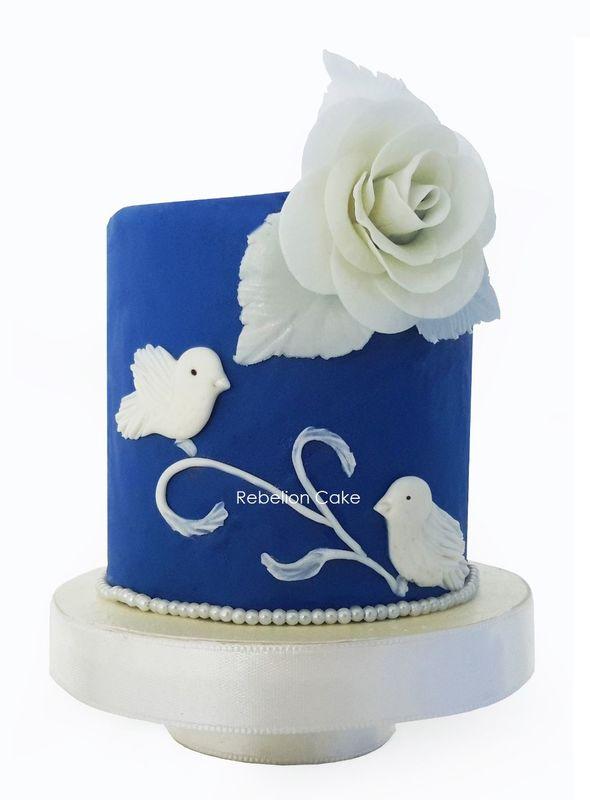 Tema: Amor azul. Sencillo y delicado, diseñado exclusivamente para una pareja de novios única como su torta...