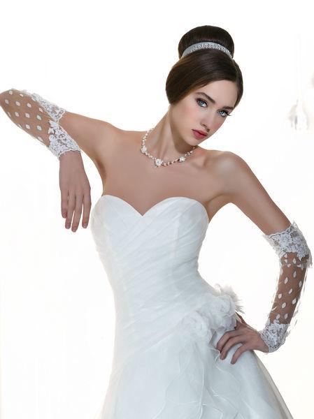 Beispiel: Brautmode und Accessoires, Foto: Oprée Brautmoden.