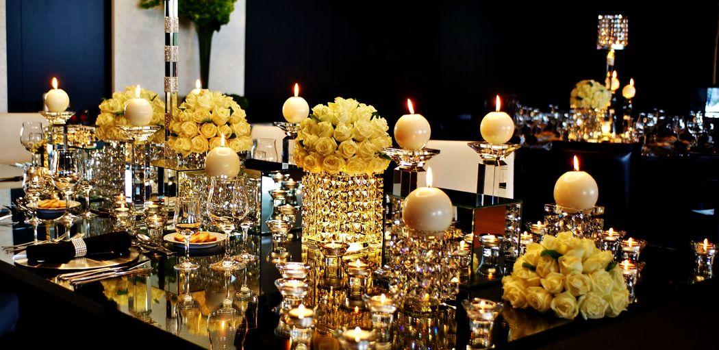Este ambiente sofisticado e acolhedor foi criado pelo brilho das velas reflectidas nos cristais. Uma proposta repleta de encanto que inspirou esta celebração. Decoration and wedding planner project