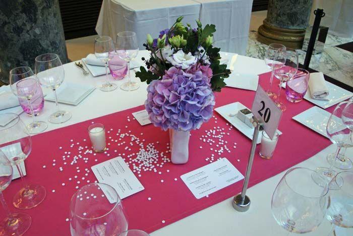 Fleurs, Fruits, Feuillages Centre de table d'un mois d'octobre avec des hortensias prune, violine, bleus  www.fleurs-fruits-feuillages.fr