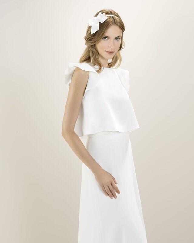 Креповое платье бельевого стиля, нежно подчеркивающее декольте. Корсет задекорирован нежным кружевом кале, плавно уходящим на спину. В комплект входит романтичный кроп-топ.
