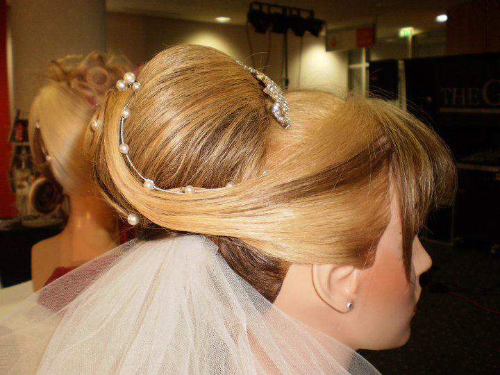 Beispiel: Brautfrisur mit Schleier, Foto: Schönheits-Stube an der Burg.