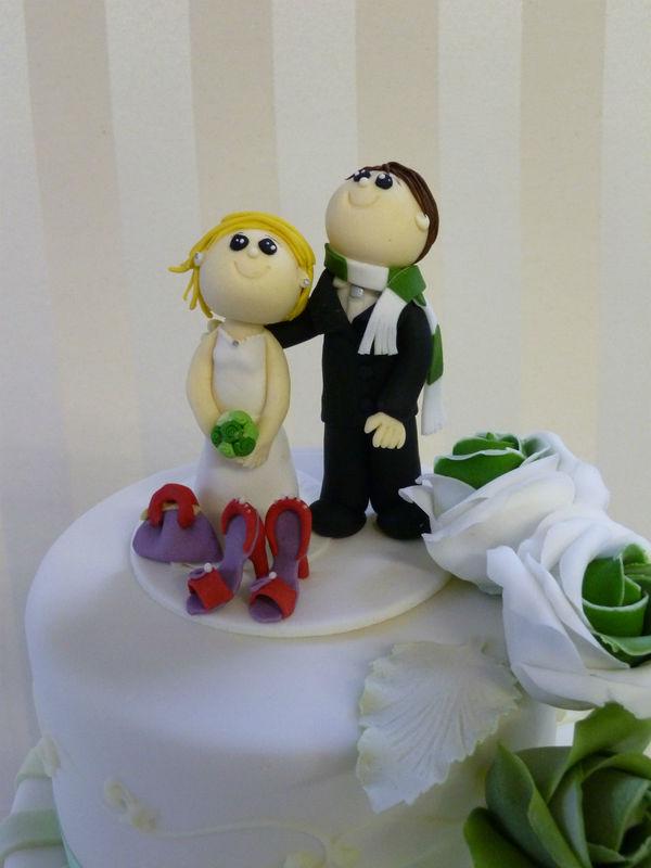 Individuelle Brautpaare, aus Zuckermodelliermasse hergestellt. Foto: Bruggers My Weddingcake.ch