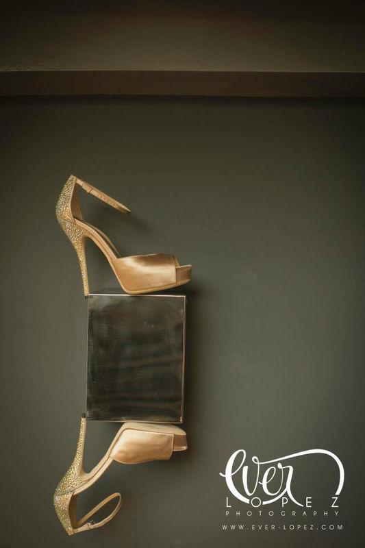 Fotos zapatos tacones novia durante su arreglo, maquillaje y peinado en Hotel Demetria Guadalajara Jalisco Mexico  Fotografia de boda por fotografo profesional de bodas Ever Lopez