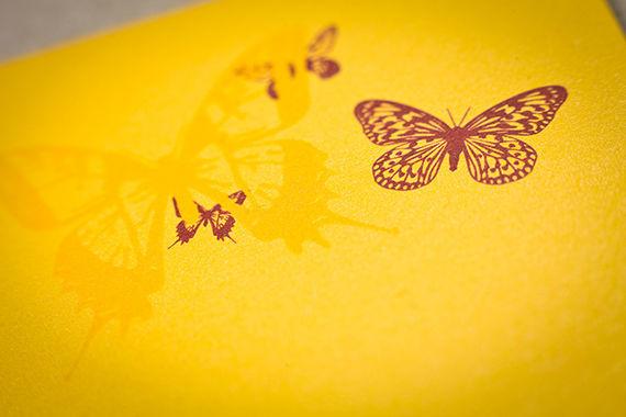 • Lovefly  As cores deste convite são vibrantes e luminosas, e acompanham a festa que imaginamos bem disposta, informal e ao ar livre.  Só apetecem limonadas cheias de gelo, um belo churrasco e um brinde com champagne e morangos. Para noivos descontraídos…!  Este convite é impresso em fine paper iridescente, com um acabamento de verniz e cortante no envelope e no cartão. O texto é impresso a rosa e a fonte recomendada é a Cicle.