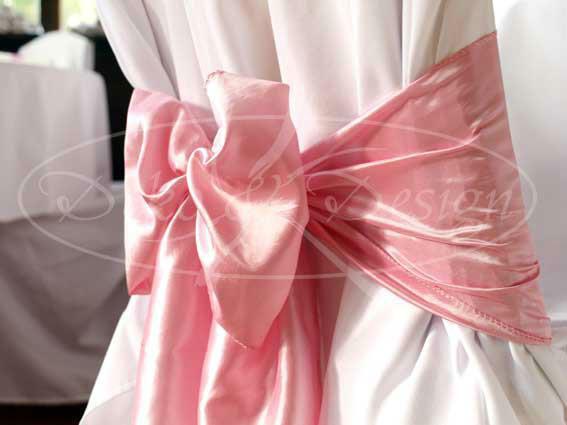 Beispiel: Stuhlhussen mit rosa Schleife, Foto: Deko & Design.