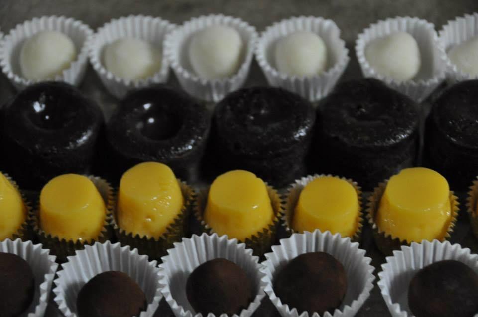 Repostería: trufas de chocolate blancas y negras, tocinito de cielo y mini coulant de chocolate con aroma de naranja amarga.