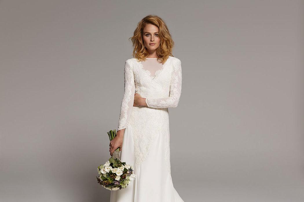 SAN TELMO. Vestido de novia con larga cola realizado en crêpe, gasa y encaje de rebrodé con veladuras en escote y mangas.