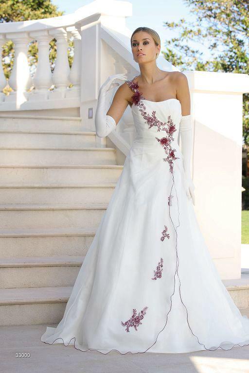 Beispiel: Brautmode zum Wohlfühlen, Foto: Sanela Brautmoden.
