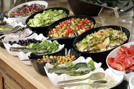 Beispiel: Leckere Buffets undMenüs, Foto: Königskraut Catering.