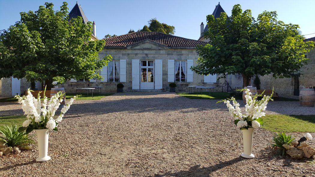 Château de Hitte La cour en été