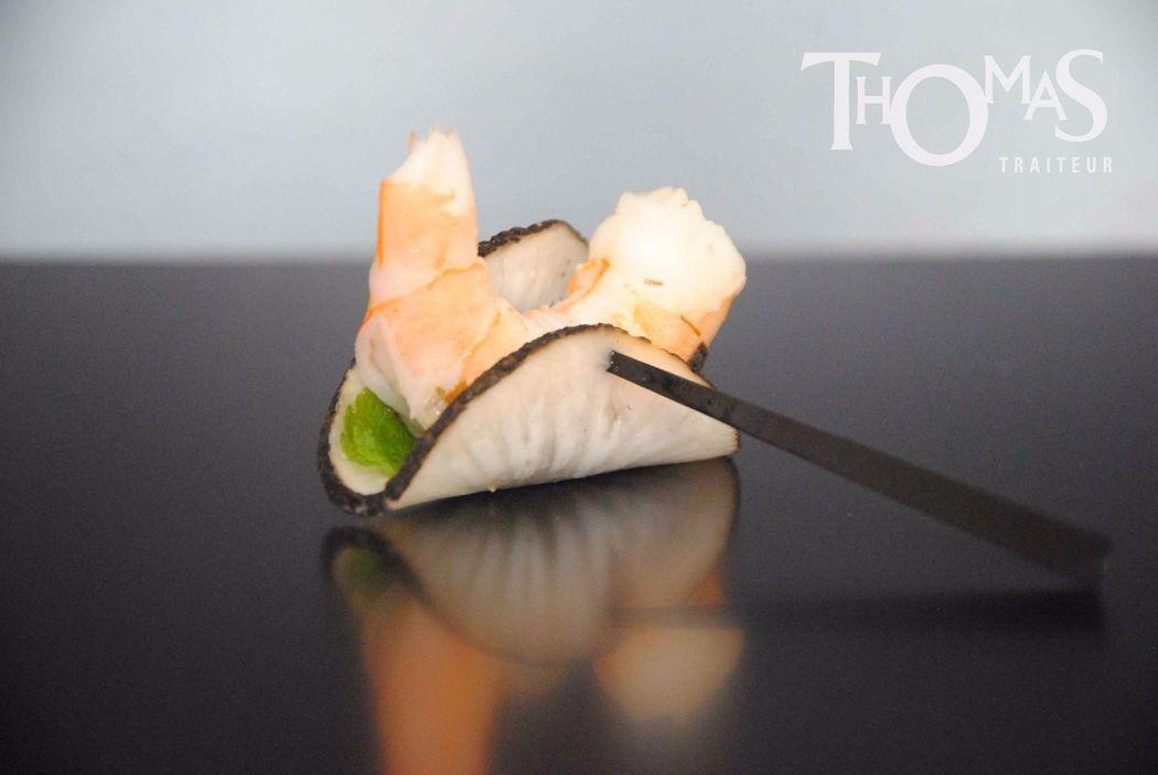Pièce cocktail salée froide : Crevette Japonisante (Crevette marinée à l'ail, lit de menthe fraîche, radis noir pincé)