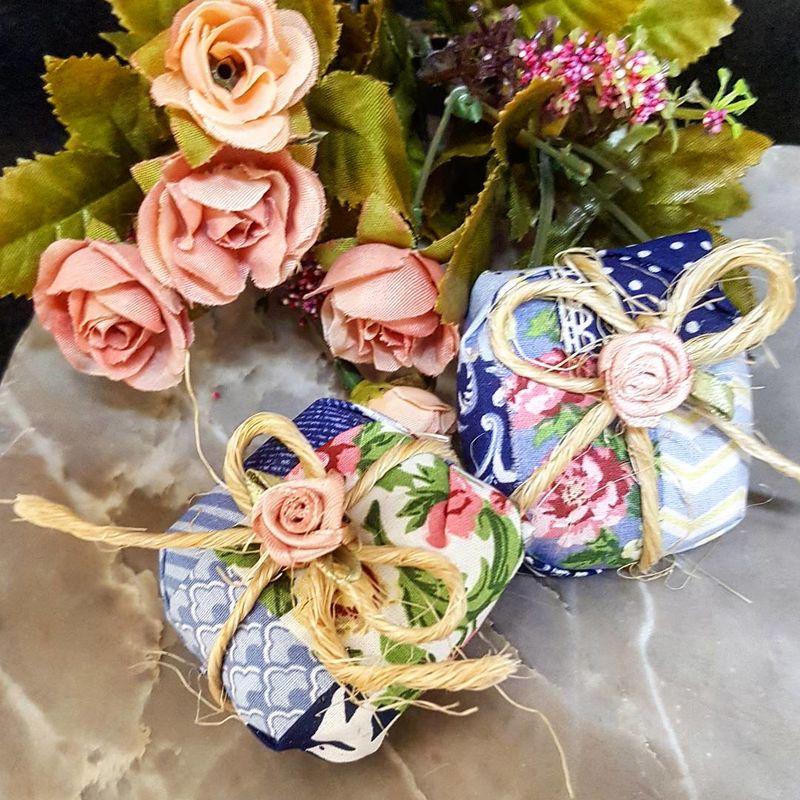 Embalagem de tecido com fita de juta e flor