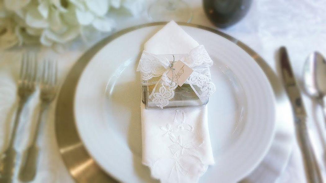 AmordeChocolate Lembrança personalizada, rendas e etiqueta com as iniciais dos noivos a prata) com dois macarons.