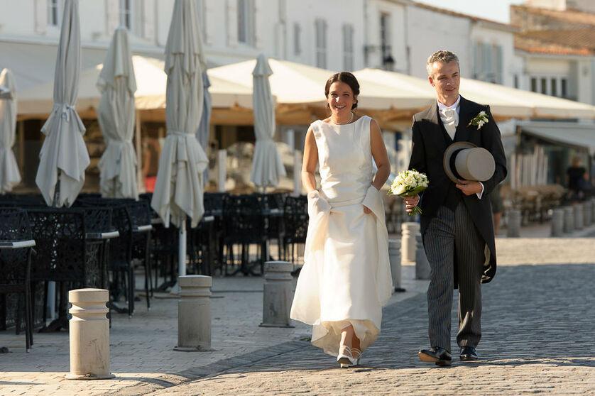 Les mariés en route pour la séance de photo de couple sur le port de saint-martin-de-ré.