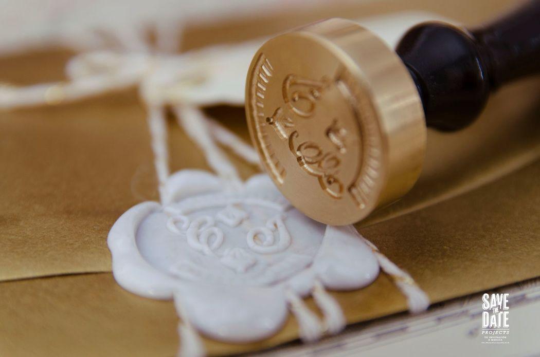 Sello de lacre para el sobre de la invitación de boda personalizada.