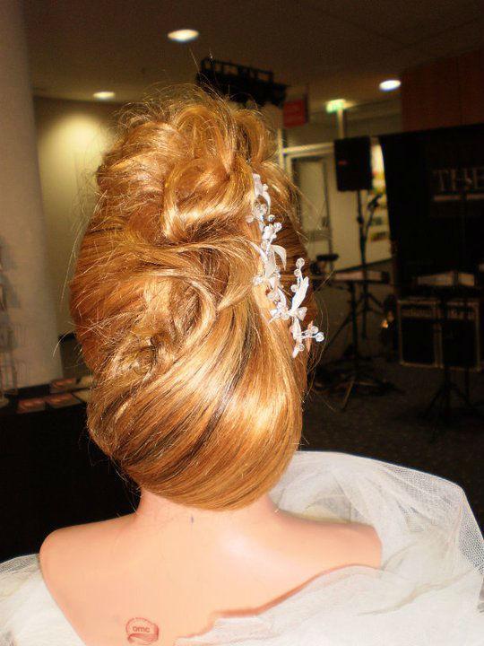 Beispiel: Wunderschöne Brautfrisur, Foto: Schönheits-Stube an der Burg.