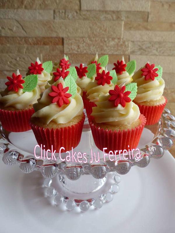 Delicadeza nestes cupcakes mini com flor vermelha para combinar com a decoração do evento