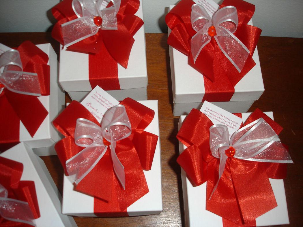 caixas em papel tríplex branco.