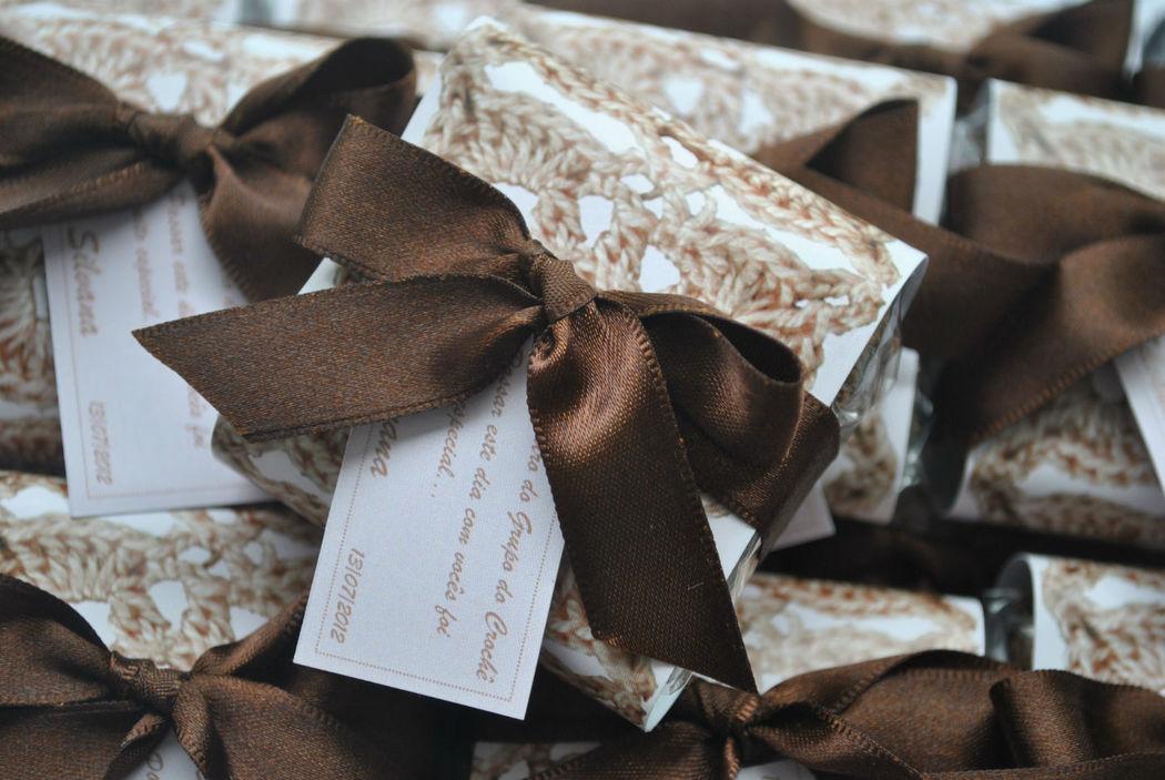 Brownies com faixa personalizada.