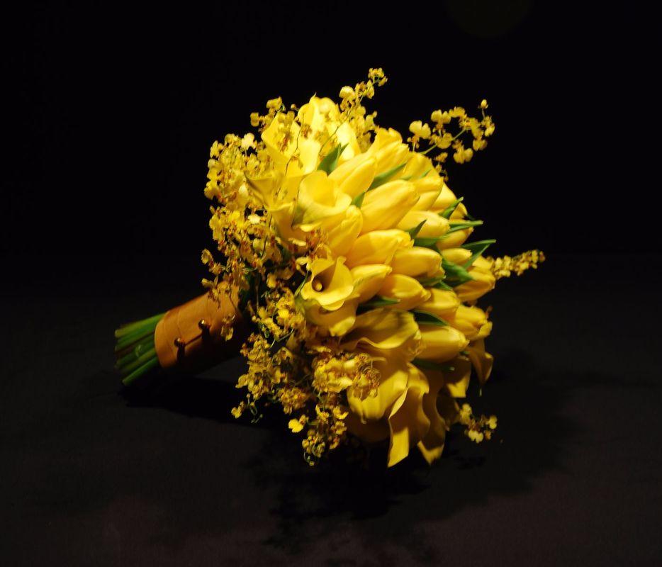 Buquê de Tulipa com Chuva de Ouro