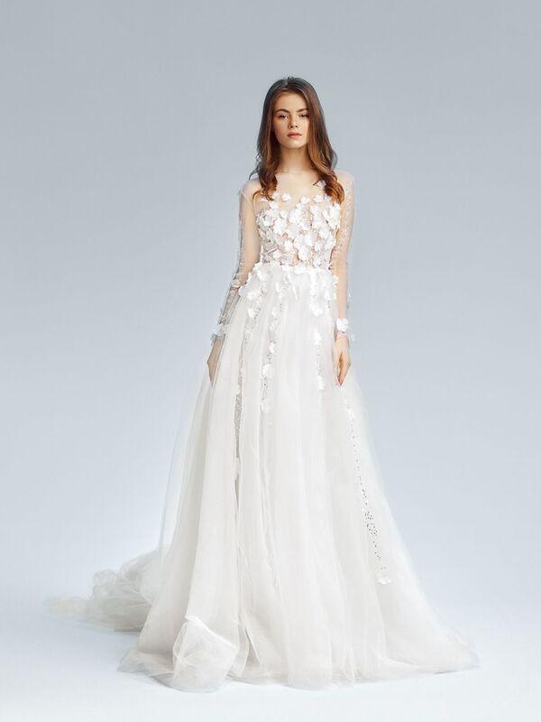 Невероятно нежное полупрозрачное платье придаст невесомости образу невесты