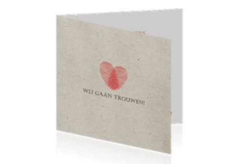 trouwkaart met 'papieren' achtergrond en een hartje van vingerafdrukken