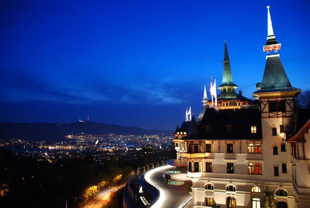 Beispiel: Außenansicht bei Nacht, Foto: The Dolder Grand.