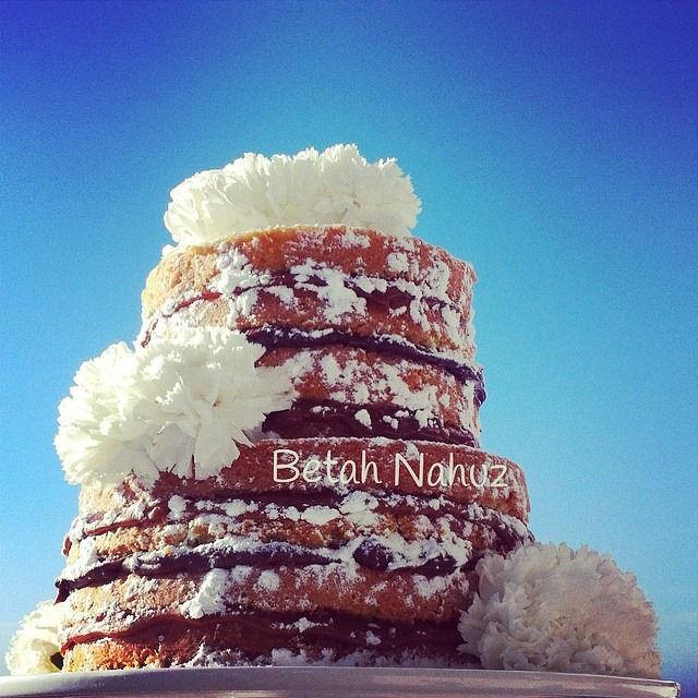 Naked cake com cravos brancos naturais