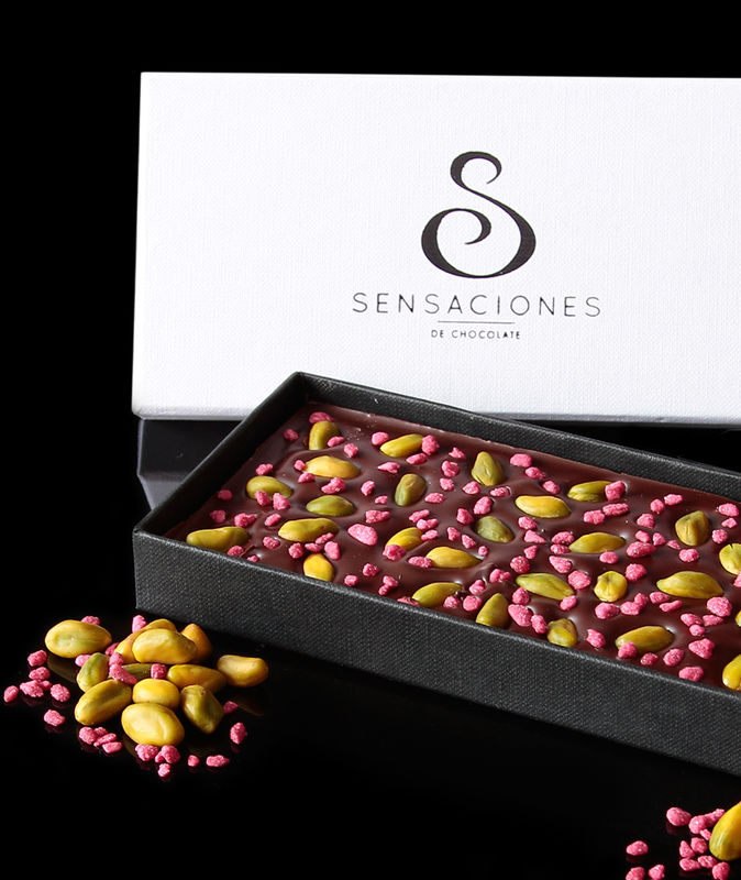 Chocolate negro con rosa y pistachos