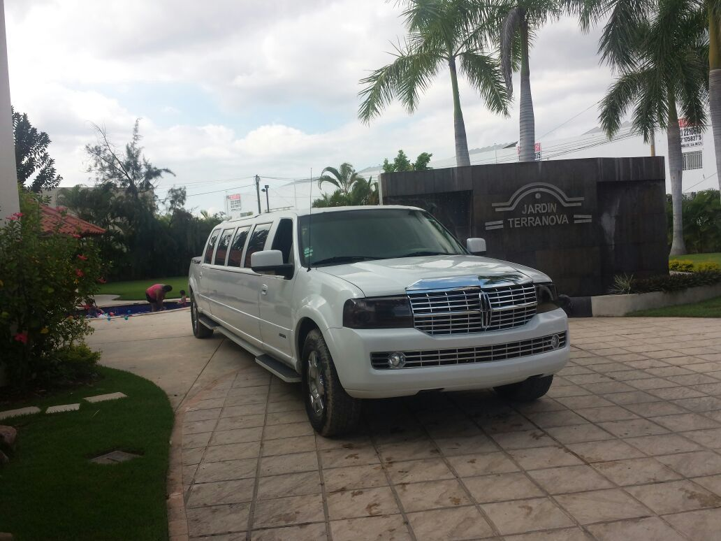 Lincoln Navigator capacidad para 12 personas,Color Blanco perla, Quemacoco abatible,Sonido,Iluminacion interior y exterior,A/C