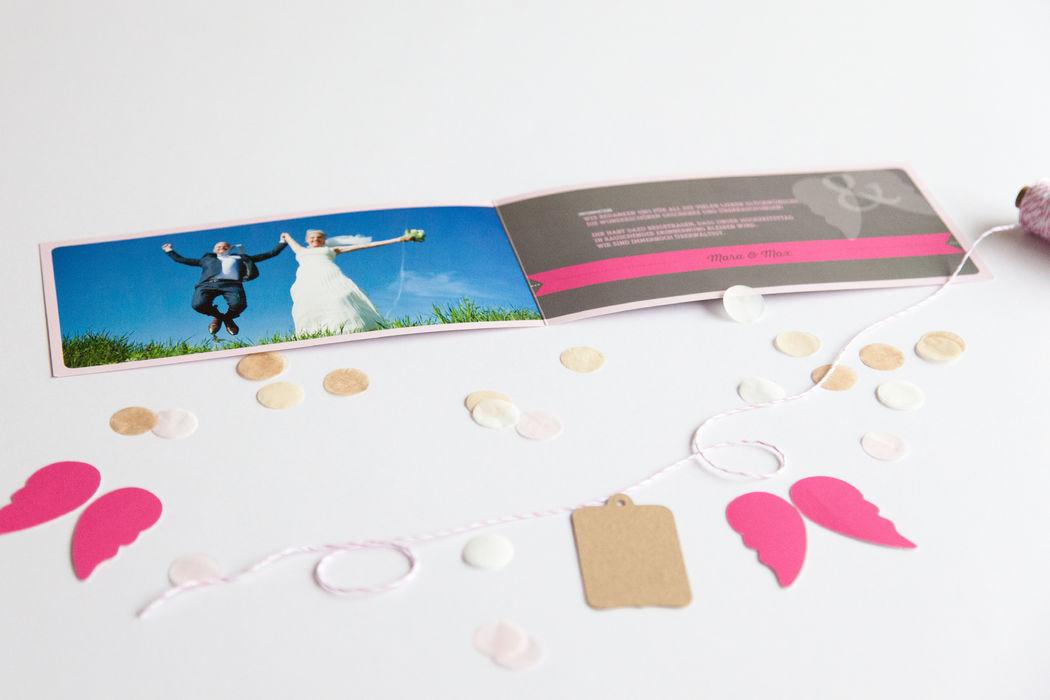 Beispiel: Hochzeitseinladung Thema Flugticket geöffnet, Foto: familiensache.