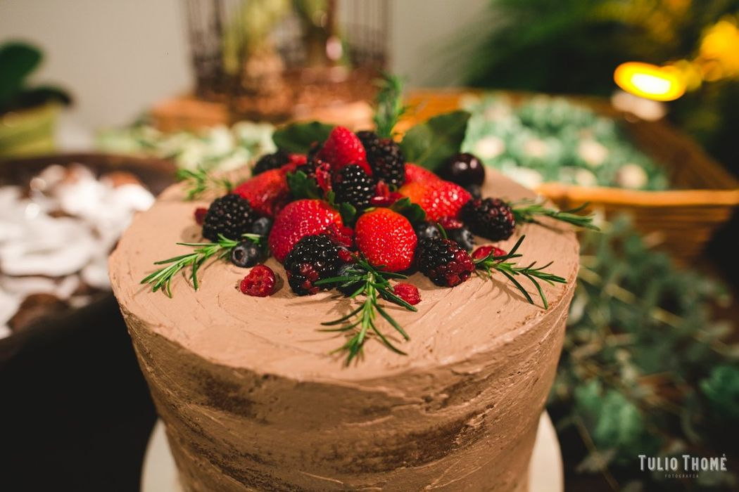 Semi Naked Cake Chocolate com frutas vermelhas