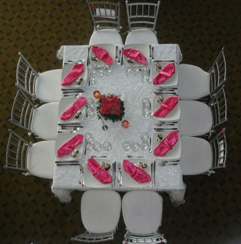 Pareja de fresas de novio y novia, decoran cada plato de invitados en esta original boda.