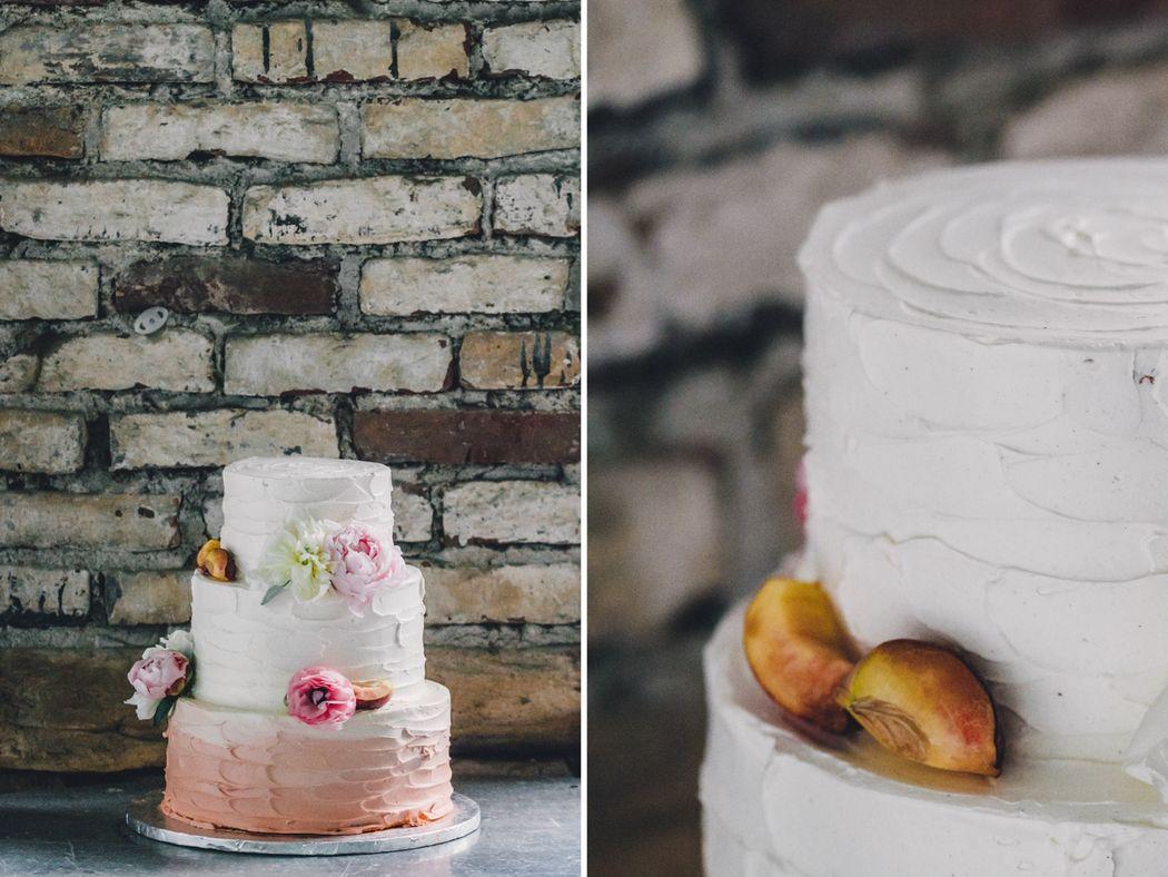 Beispiel: Hochzeitstorte Creme, Foto: Kreativ Wedding Fotografie