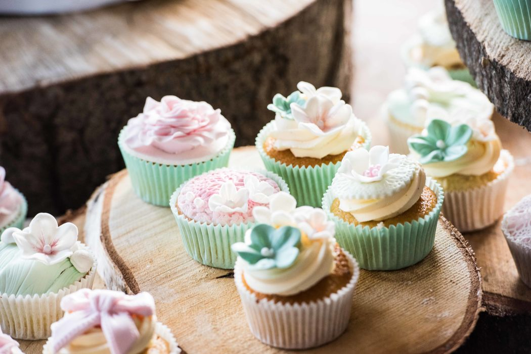 Liever geen bruidstaart, cupcakes kun je in vele stijlen decoreren.