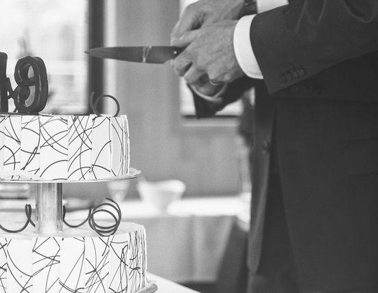 Beispiel: Anschneiden der Hochzeitstorte, Foto: JaSager Berlin.
