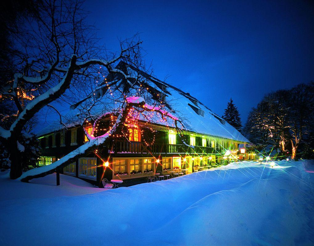 Das Schwarzwaldhaus von 1639 mit zwei Restaurants, Bar mit Tanzfläche und dem Französischen Saal - einzigartige Kulisse und Bühne zugleich für Winterhochzeiten.