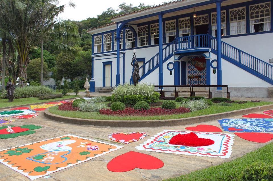 Para receber os convidados, um lindo tapete com símbolos feito pelas mãos da mãe da noiva, da Parceria Carioca