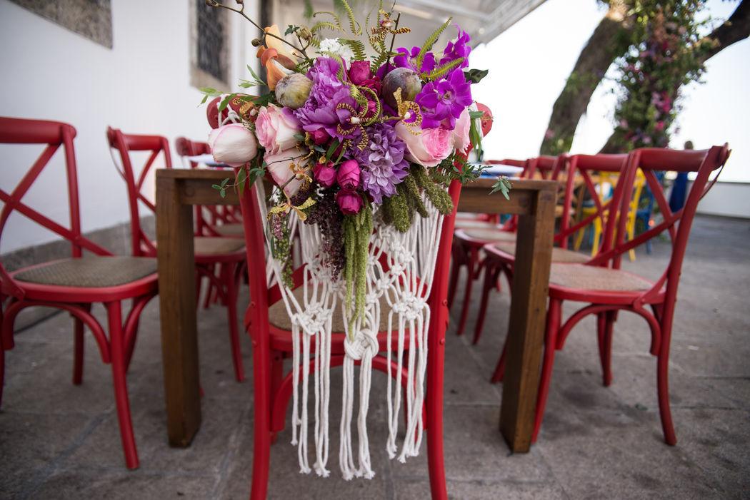 Macramê e arranjo floral para mesa da família