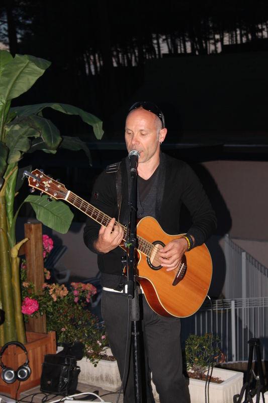 Chanteur Guitariste - Live Acoustic lors de Vin d'honneur, Cocktail. Répertoire Pop & Soul.