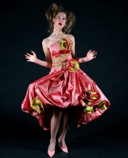 Robe corset en doupion de soie fuschia, détail de fleurs fuschia et anis. Volume généré par des plis, appliqués jusqu'à la taille. Jupon court en tulle.