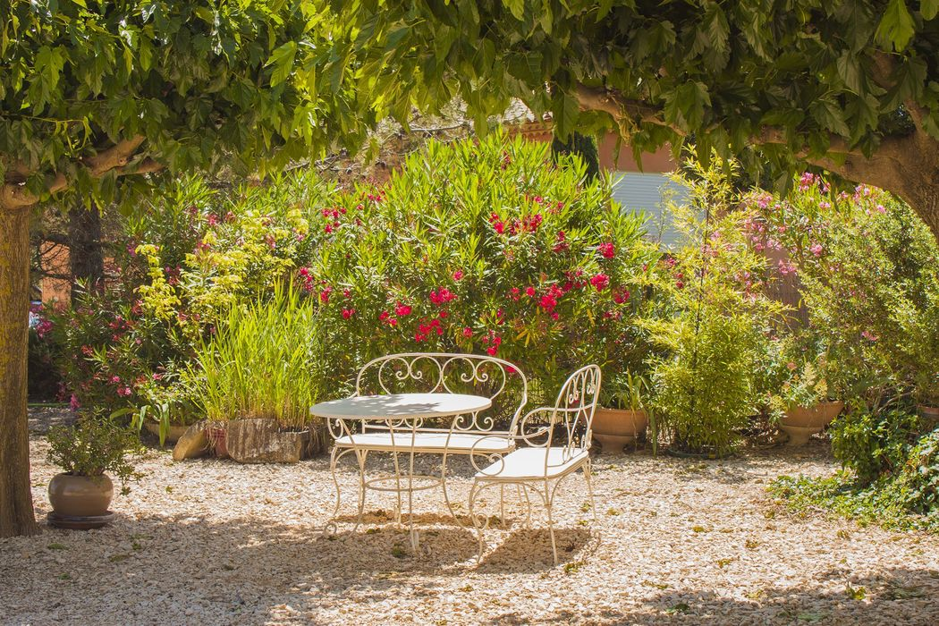 Tente de réception, Jardin fleuri et clos