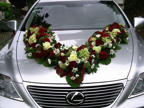 Beispiel: Blumenschmuck fürs Auto, Foto: Blumenstüberl Helmut Frick.