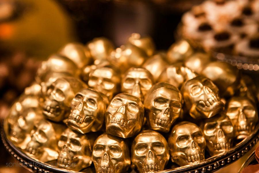Caveira com recheio pintada de dourada