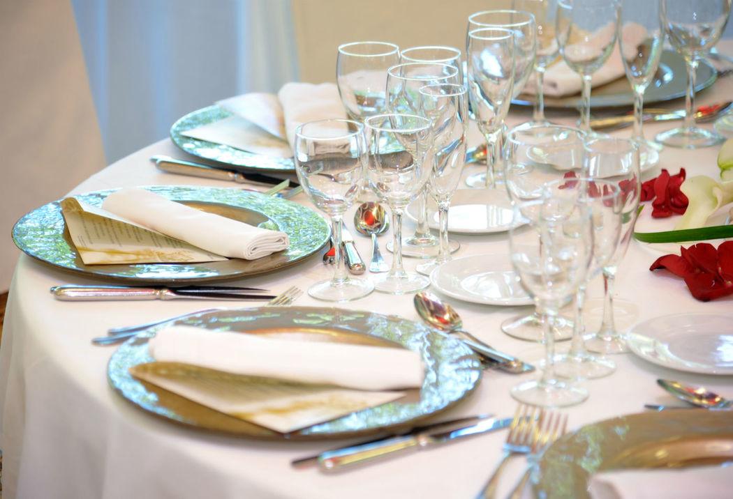 Vuestras mesas, con vuestra decoración, las minutas con el menú detallado.