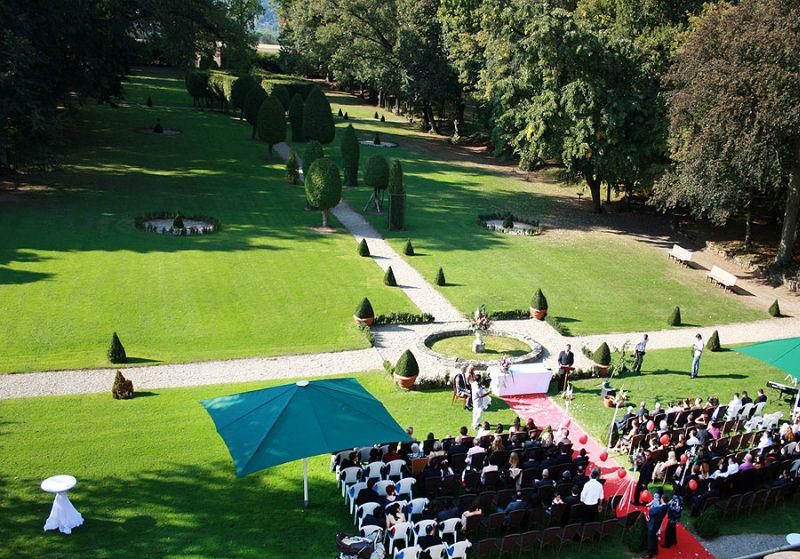 Beispiel: Hochzeitsgesellschaft im Garten, Foto: Schloss Assumstadt.