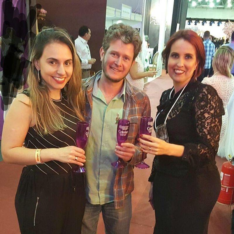 Brindando assinatura de contrato com noivos Camila e Carlos Augusto