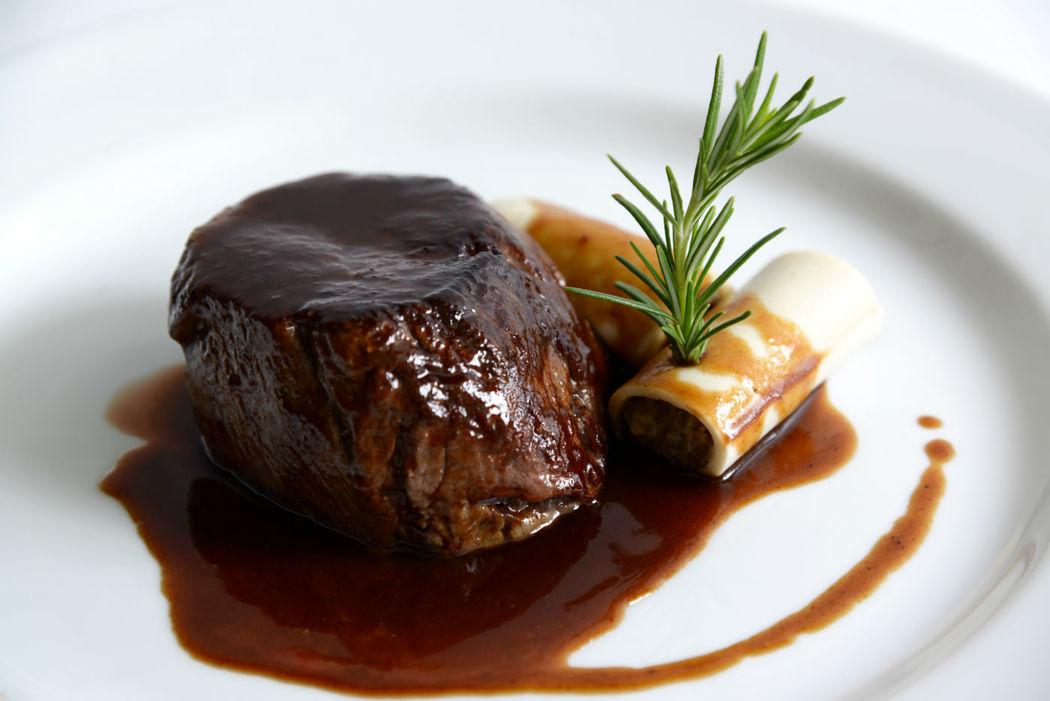 Solomiilo de ternera con salsa perigueaux y canelón de foie y ceps